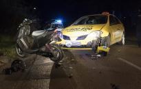Robogóval ütközött egy taxi a Petőfi utcában