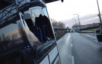 Oldalba kapta a kamion a buszt