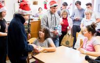 Ajándékok a kórház gyermekosztályán lábadozóknak