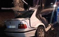 Tűzoltók vágták ki a fának csapódott autóból