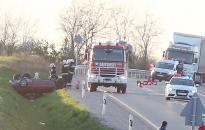 Autó borult az árokba, többen megsérültek