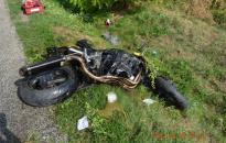 Súlyosan megsérült a fának csapódott motoros