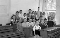 Iskolaemlék: becsengetés a romok között