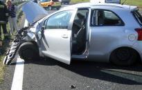 Átrepült a szalagkorláton egy autó az M7-esen