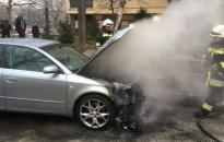 Parkoló autó motortere gyulladt ki