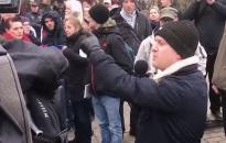 Így menekül a német újságíró, ha kínos kérdést kap