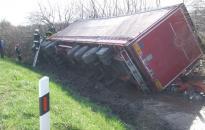 Felborult egy kamion az M7-esen