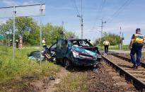 Vonat sodort el egy autót, ketten meghaltak
