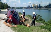 Árokba csúszott egy autó a Duna-parton