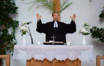 Evangélikus nindzsa az oltár mögül