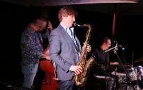 Szaxofon dallamára búcsúzott a nyár a ligetben
