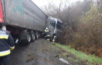 Árokba csúszott egy kamion az M7-es lehajtóján