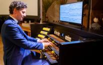 Vivaldi és Bach műveivel érkezett a koncertorgonista