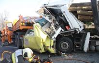 Beszorult kamionsofőrt mentettek a tűzoltók