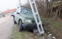 Villanyoszlopnak hajtott a lopott kocsival