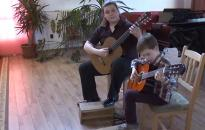 Bemutatkoztak a zeneiskola kis gitárosai - DO videó