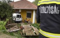 Családi ház teraszára hajtott egy kisteherautó