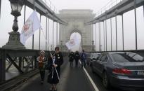 """Egy """"gigatüntetésen"""" zárnák Orbán Viktort börtönbe a sorosista Fiatalok a Demokráciáért tagjai"""