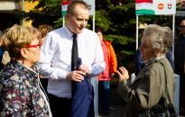 Sokan állították meg és kérdezgették a polgármestert a piacon