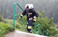 Lépcsőfutás esőben, teljes felszerelésben