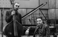 Jazz-párbaj zongorára és bőgőre