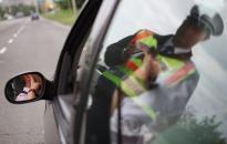 Fényvisszaverő mellényeket és villogókat oszt a rendőrség