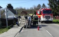 Tűzoltók segítettek a felborult kocsin Kulcson