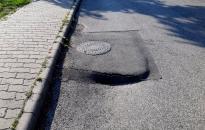 Megkezdték a beszakadt úttest javítását a Temető utcában
