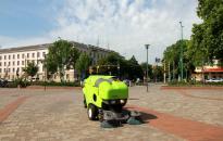 Járdaseprő gép is járja a város útjait