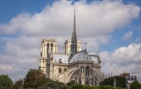 Macron engedélyezte az eredeti formában történő helyreállítást a Notre-Dame-székesegyházon