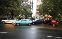 Egy autós kiegyenesítette a kanyart a Rómain, több kocsi bánta az esetet