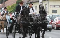 Néptáncosok találkozója lovaskocsis felvonulással a belvárosban