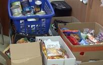 Élelmiszerrel segítenek az útkeresők