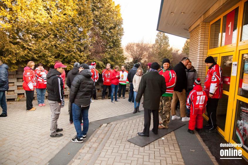 Szurkolói flashmob az Acélbikák edzésén - fotó: Ónodi Zoltán