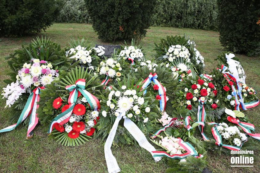 Koszorúzás a Nemzeti Gyásznapon - fotó: Sándor Judit