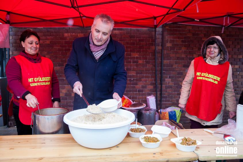 Ételosztás a Városháza téren - fotó: Ónodi Zoltán