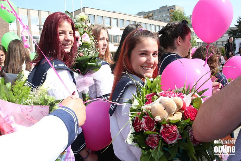A Kereskedelmi iskola végzőseinek ballagása a főtéren - fotó: Sándor Judit