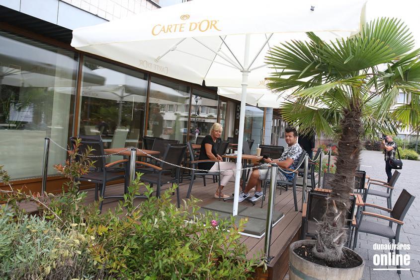 Megnyitott a felújított Főtér Kávézó - fotó: Sándor Judit