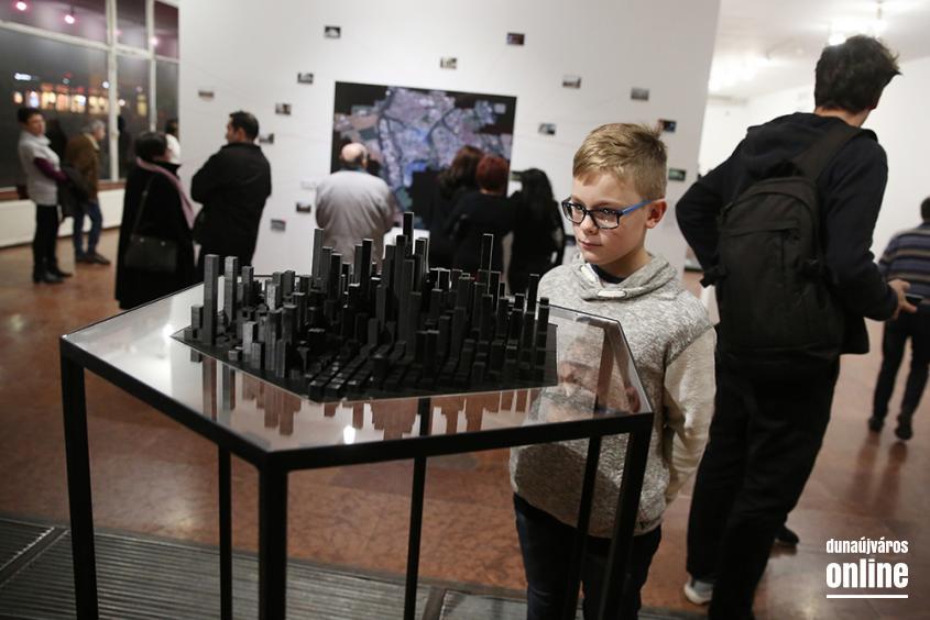 A Fiatalok Fotóművészeti Stúdiójának kiállítása Dunaújvárosról - fotó: Sándor Judit