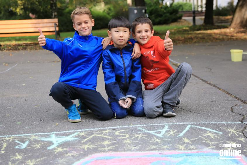 Aszfaltrajzok a Vasvári iskola születésnapjára - fotó: