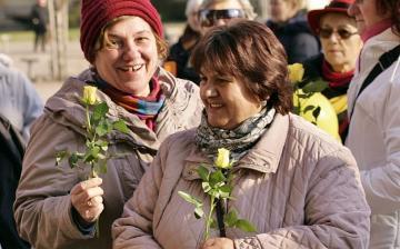 Nőnap a Városháza téren - sárga rózsával - fotó: