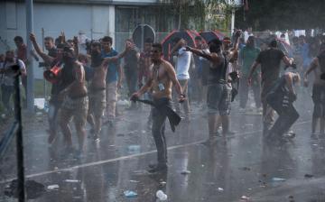 A migránsok között megbújva jöttek