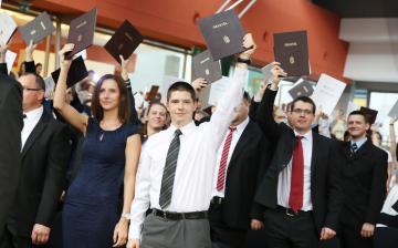 A friss diplomásokat köszöntötték az egyetemen
