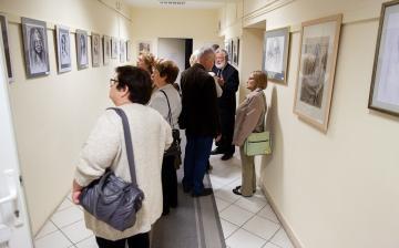 Portrék és csendéletek a folyosón