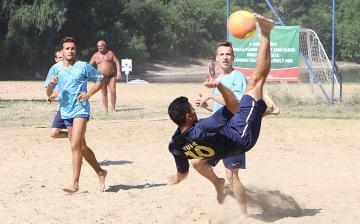 Kézilabda és foci a strandon