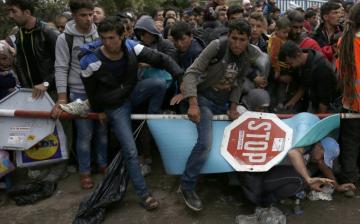 Több tízezer névtelen bankkártyát osztott ki a migránsok között