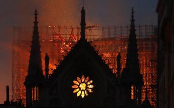 Behódolás: egyesek már minaretet építenének a Notre-Dame tetejére