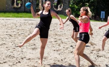 Foci és kézilabda a strandon