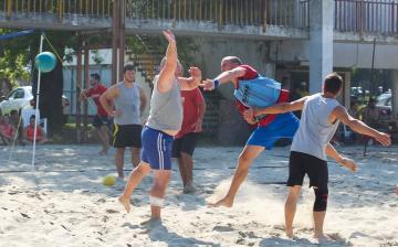Strandkézisek küzdelme a szigeten