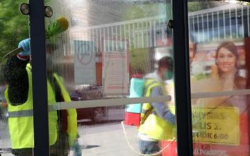 Takarítás, fertőtlenítés a buszmegállókban is